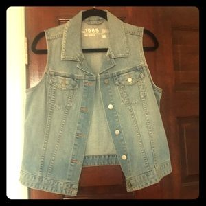 Light wash GAP denim vest with silver hardware